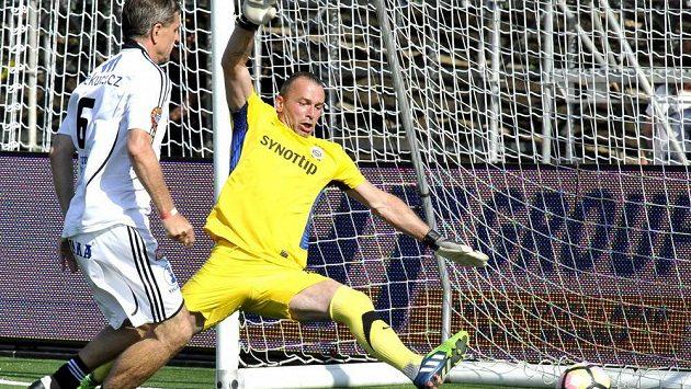 Josef Mucha ze Sigmy Olomouc střílí svou druhou branku ve finálovém utkání se Spartou Praha.