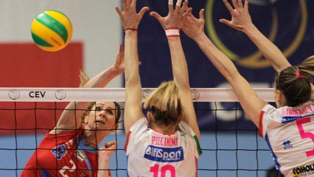 Zleva Helena Horká z Prostějova blokovaná Francescou Piccininiovou z Novary během zápasu Ligy mistryň (ilustrační foto)