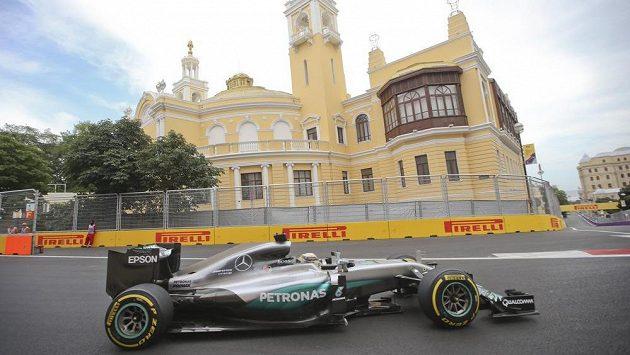 Úvodní trénink F1 na nové trati v Baku zvládl nejlépe Lewis Hamilton.