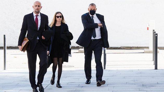 Bývalý generální sekretář FIFA Jerome Valcke (vpravo) míří k soudu v Bellinzoně.