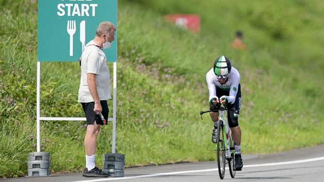 Sportovní ředitel Německého cyklistického svazu Patrick Moster hecuje při olympijské časovce svého svěřence Nikiase Arndta.