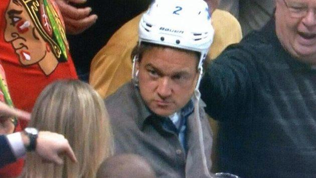 Fanoušek Chicaga s helmou Adama Pardyho z Winnipegu.