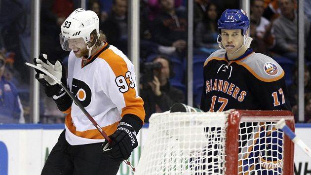 Český hokejový útočník Jakub Voráček (vlevo) z Philadelphie Flyers v utkání proti New Yorku Islanders.