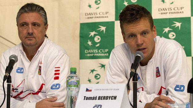 Český tenista Tomáš Berdych (vpravo) a daviscupový kapitán Jaroslav Navrátil.