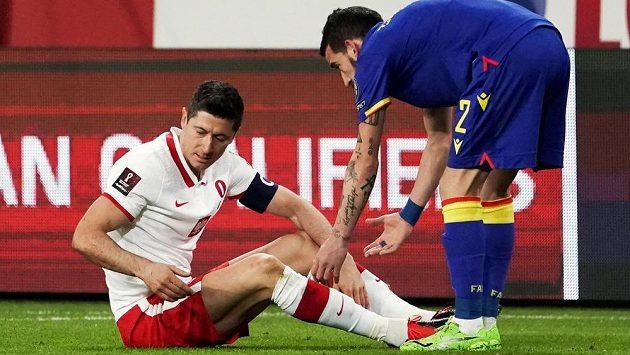 Zraněný polský kanonýr Robert Lewandowski, na nohy se mu snaží pomoci Cristian Martinez z Andorry.