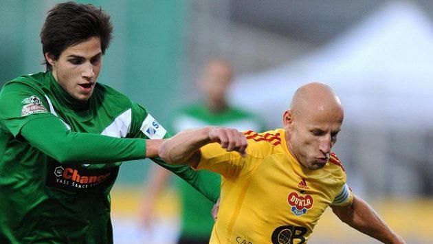 O míč bojují jablonecký Vojtěch Kubista (vlevo) a Patrik Gedeon z Dukly.