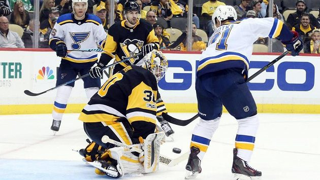 Útočník Vladimír Sobotka v dresu St. Louis Blues zkouší překonat brankáře Pittsburghu Penguins v utkání NHL. Nakonec si český hráč přípsal dvě asistence, jeho tým vyhrál 5:4 v prodloužení.