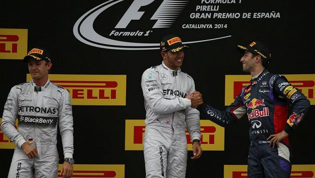 Vítězný Lewis Hamilton (uprostřed) si po VC Španělska podává ruku se třetím Ricciardem ze stáje Red Bull. Vlevo je celkově druhý Hamiltonův stájový kolega Nico Rosberg.