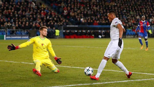 Tomáš Vaclík z Basileje čelí střele Anthonyho Martiala z Manchesteru United.