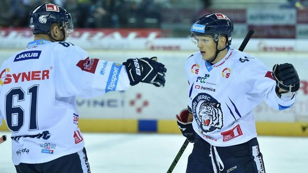 Liberecký obránce Radim Šimek (vpravo) se spoluhráčem Milanem Bartovičem.