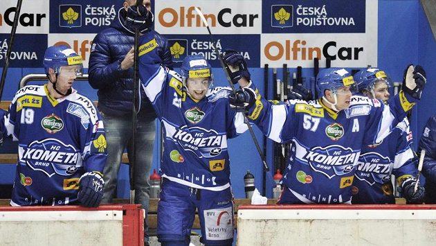 Hokejisté Komety Brno se radují z vítězství na ledě Hradce Králové.
