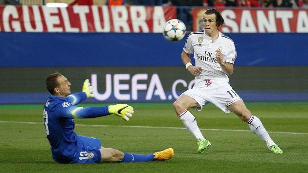 Gareth Bale z Realu Madrid na archivním snímku ze souboje s městským rivalem Atlétikem. Vlevo brankář Jan Oblak.