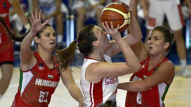 Dorina Zeleová z Maďarska se snaží během přípravného duelu bránit českou basketbalistku Kateřinu Rokošovou. Stejný úkol má i další Maďarka Zsófia Licskaiová.