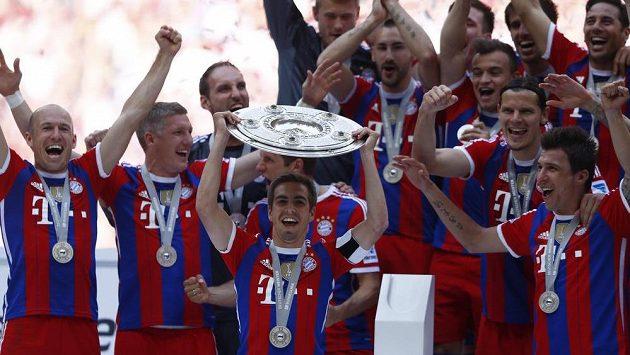 Fotbalisté Bayernu Mnichov s trofejí pro vítěze bundesligy.