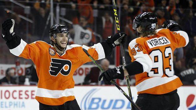 Hokejisté Philadelphia Flyers Shayne Gostisbehere (vlevo) a Jakub Voráček se radují z vítězného gólu proti Carolině.