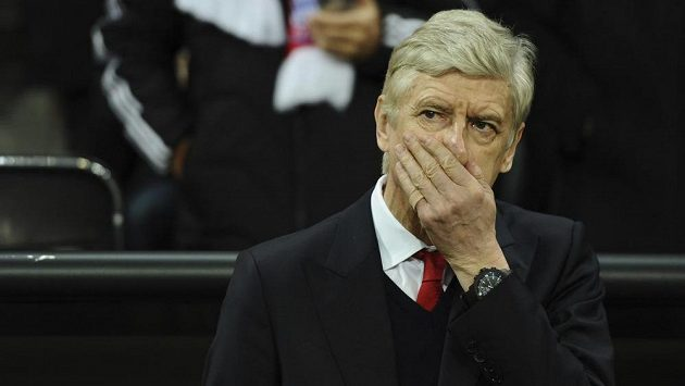 Zasmušilý trenér Arsenalu Arséne Wenger během osmifinále Ligy mistrů s Bayernem.