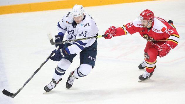 Dmitrij Jaškin (vlevo) se vrací do NHL