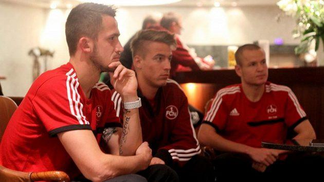 Zleva Tomáš Pekhart, Ondřej Petrák a Adam Hloušek, české trio ve službách Norimberku při rozhovoru s trenérem Vrbou.