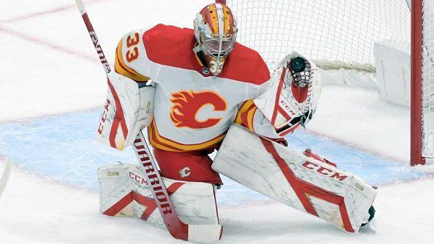 Brankář Calgary David Rittich při utkání s Torontem.