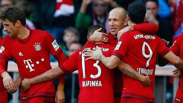 Záložník Bayernu Mnichov Arjen Robben (druhý zprava) slaví se spoluhráči gól proti Kolínu nad Rýnem v zápase 10. kola bundesligy.