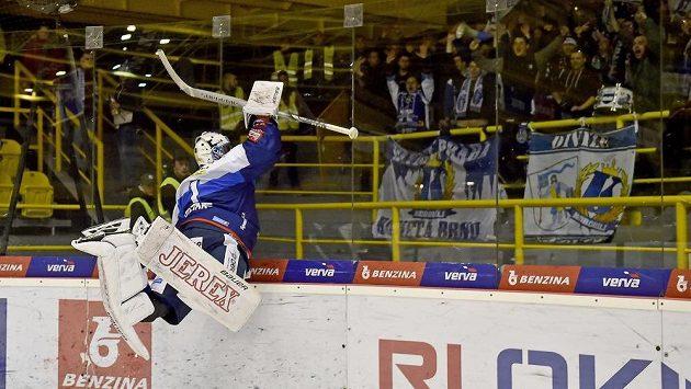 Brankář Brna Marek Čiliak se raduje z vítězného utkání.