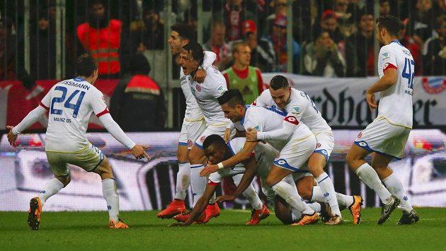 Radost hráčů Mohuče poté, co Jhon Córdoba (padající, na kolenou) dal branku proti Bayernu.