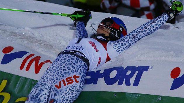 Slovenka Veronika Velez-Zuzulová slaví triumf ve slalomu SP v Záhřebu.