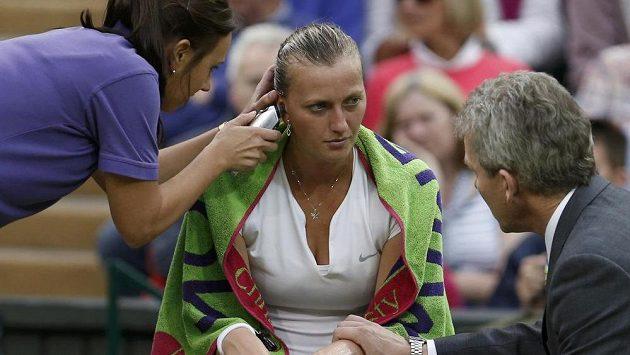 Tenistka Petra Kvitová v péči zdravotníků.