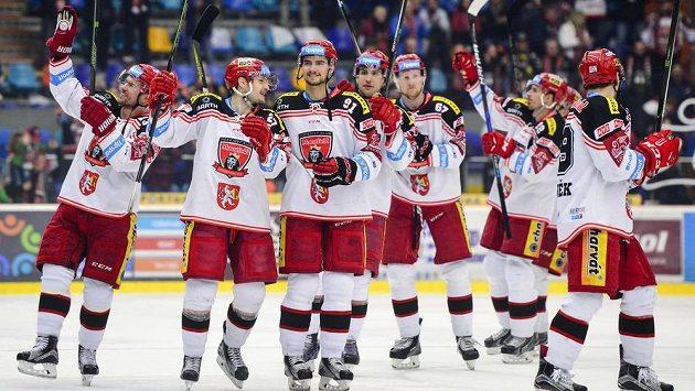 Hráči Hradce Králové oslavují vítězství proti Litvínovu.