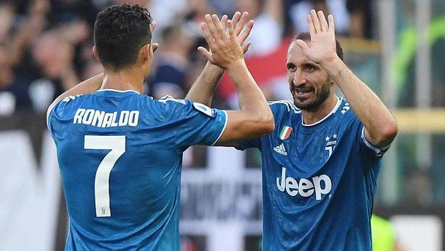 Opora Juventusu Giorgio Chiellini slaví gól vstřelený do sítě Parmy, gratulantem je Cristiano Ronaldo.