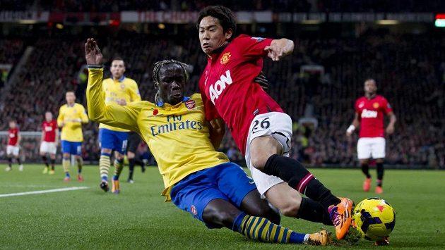 Šinži Kagawa (vpravo) z Manchesteru United bojuje o míč s Bacarym Sagnou z Arsenalu.