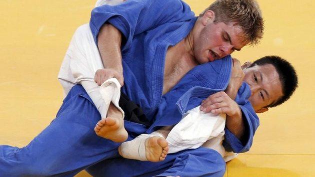 Americký judista Nick Delpopolo (v modrém kimonu) během olympijské soutěže váhy do 73 kg