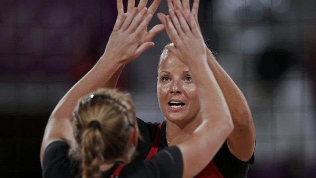 Plážové volejbalistky Markéta Sluková (dále) a Kristýna Kolocová v nočním utkání s Američankami.