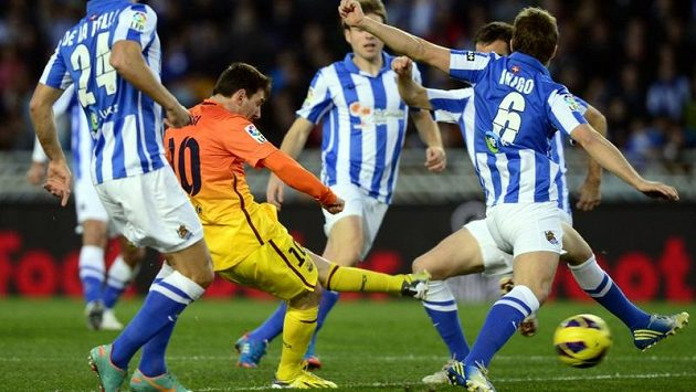 Lionel Messi z Barcelony skóruje proti San Sebastianu.