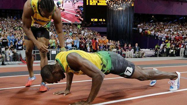 Jamajský sprinterský fenomén Usain Bolt znovu nezapřel svůj smysl pro humor a show. Triumf na dvoustovce oslavil hned po doběhu několika ráznými kliky. Nad ním se sklání jeho stříbrný krajan Yohan Blake.