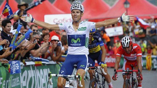 Alejandro Valverde slaví, v závěru 8. etapy cyklistické Vuelty zdolal své španělské krajany Alberta Contadora i lídra závodu Joaquima Rodrígueze (vpravo).