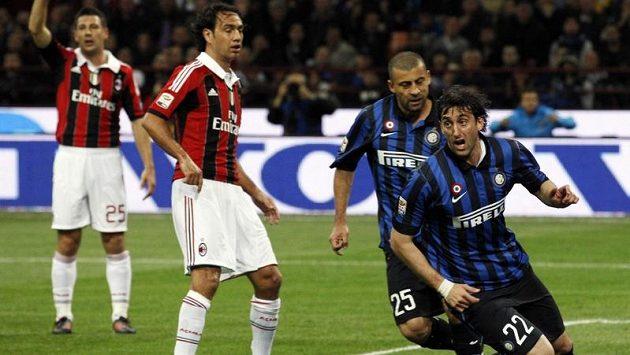 Obránce Alessandro Nesta (druhý zleva) z milánského AC v duelu s městským rivalem Interem.