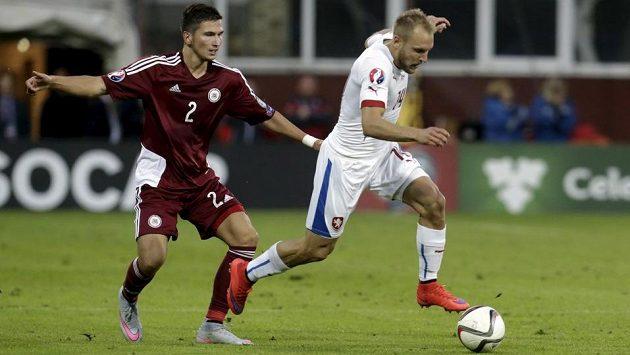 Daniel Kolář uniká Lotyšovi Vitalijsu Maksimenkovi.