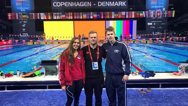 Český plavec Jakub Karl (vpravo) se svým koučem Ashem Morrisem a tréninkovou kolegyní Franceskou Falzon-Youngovou z Malty.