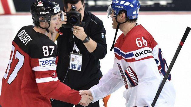 Zklamaný Jaromír Jágr (vpravo) a kapitán Kanady Sidney Crosby po semifinále.