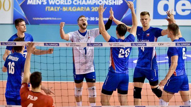Čeští volejbalisté se radují.