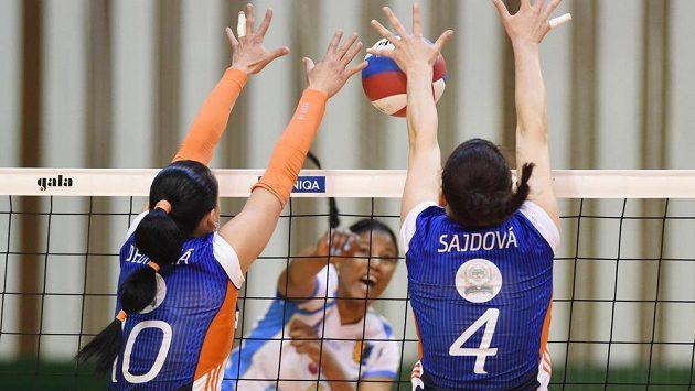 Útok Dayesi Casalisové z Prostějova se snaží zblokovat olomoucké duo Monika Dedíková (vlevo), Nikol Sajdová.