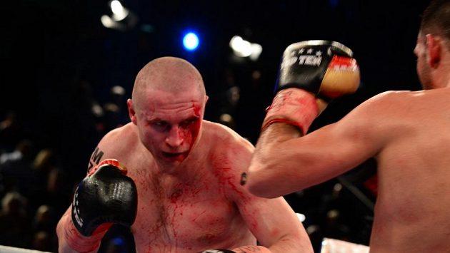 Český boxer Lukáš Konečný při zápase o titul mistra Evropy proti Francouzi Achourovi.