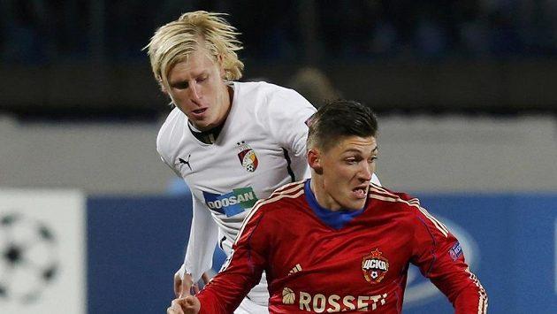 Steven Zuber (vpravo) z CSKA Moskva a a František Rajtoral.