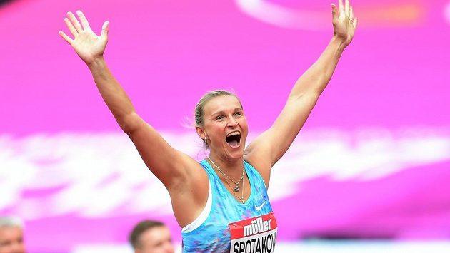 Barbora Špotáková oslavuje svůj triumf na Diamantové lize v Londýně.