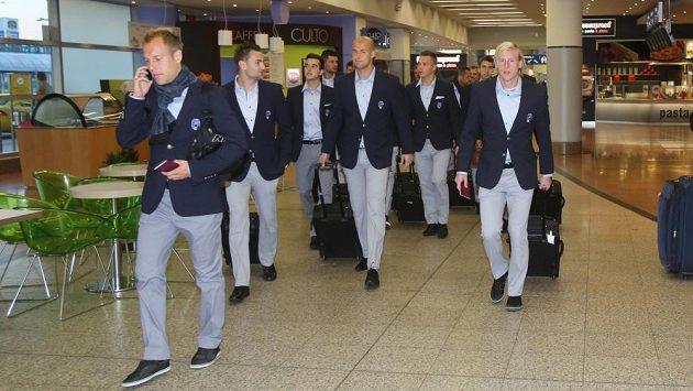 Fotbalisté Plzně v nových oblecích před odletem do Petrohradu k utkání Ligy mistrů s CSKA Moskva.