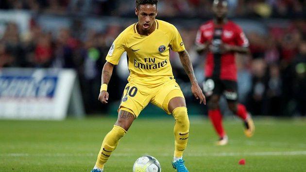 Neymar v premiéře ve francouzské lize. Guingamp vs. Paris St Germain 0:3.