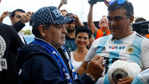 Diego Maradona se podepisuje fanouškům během oficiální prezentace v Brestu.