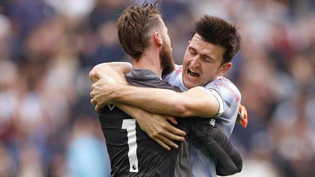 Kapitán Manchesteru United Harry Maguire v objetí s brankářem Davidem de Geou.