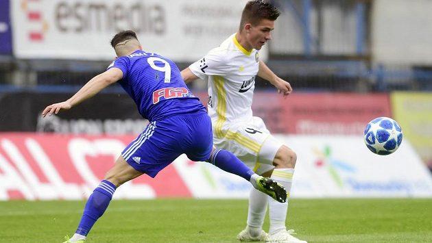 Milan Lalkovič z Olomouce (vlevo) a Libor Holík ze Zlína v akci během odvetného utkání semifinále skupiny o Evropu v nejvyšší fotbalové soutěži.